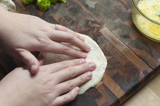 طرز تهیه پیتزا لقمه ای با گوشت و کلم بروکلی به صورت تصویری