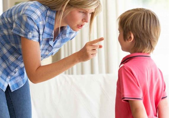 چگونه با کودکی که وسط حرف دیگران می پرد برخورد کنیم؟