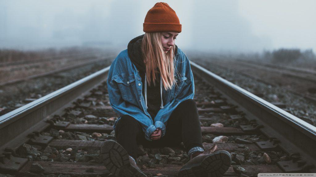 عکس دختر تنها و غمگین