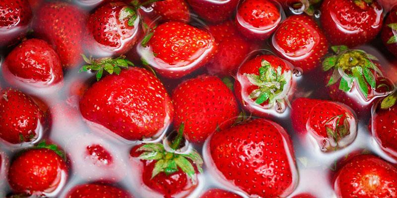 بهترین روش شستن و ضدعفونی کردن توت فرنگی